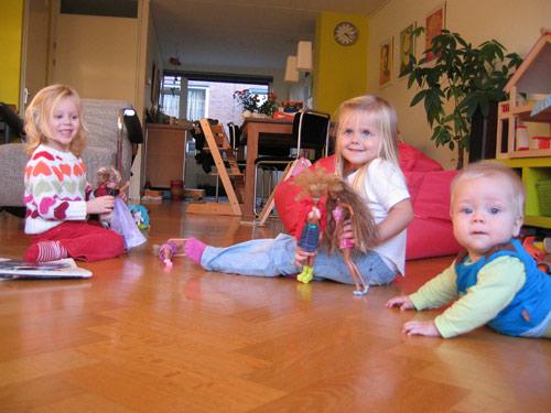 Lena, Marijn en Sibren spelen met de Barbies