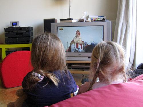 De meiden kijken naar Sinterklaas op tv