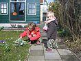 Isa en Jolien plukken bloemetjes