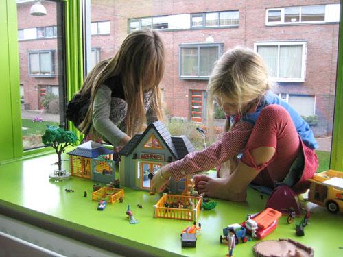 Isa en Marijn spelen samen met de dierenkliniek van Playmobil