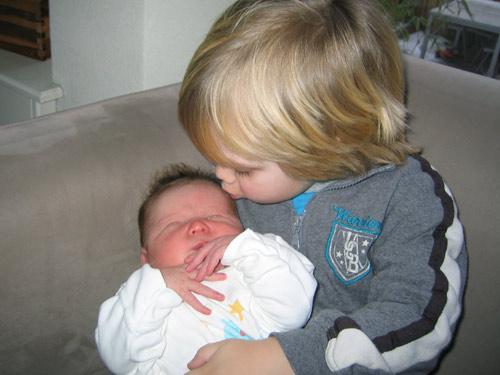 Sibren geeft Feike een kusje