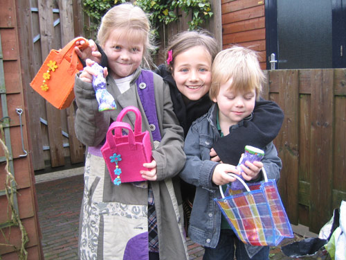Isa, Marijn en Sibren met hun paaseierentasjes