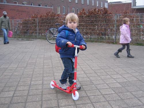 Sibren gaat naar school op zijn rode step