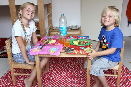 Marijn en Sibren eten samen op Sibrens kamer